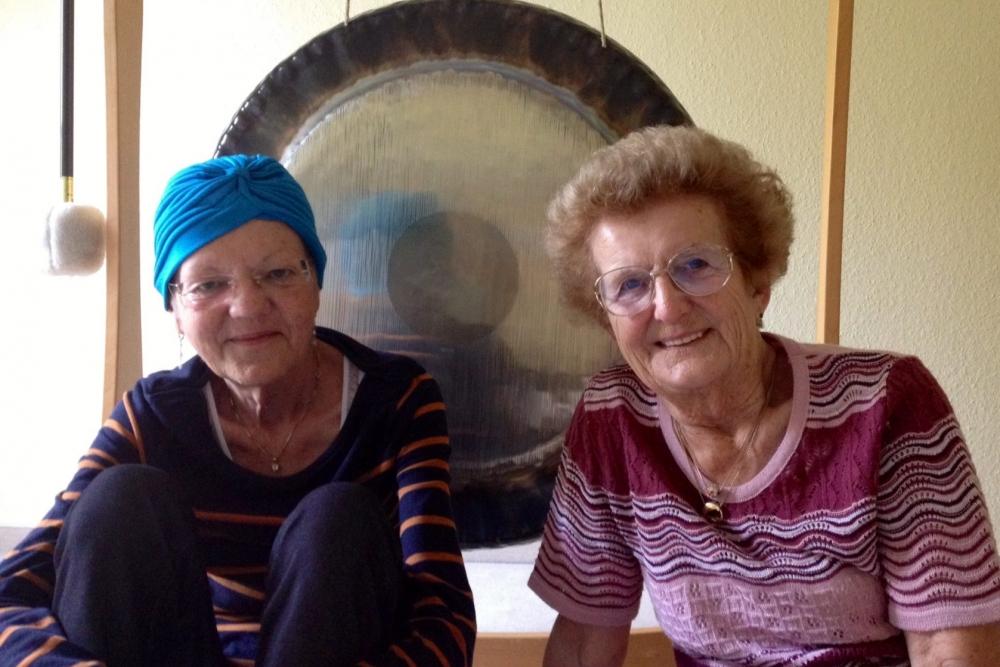 Zwei Menschen vor einem Gong im Hospiz
