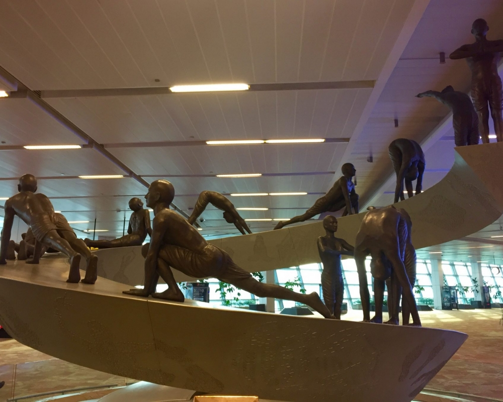 Yoga-Skulptur Sonnengruß auf dem Flughafen Delhi
