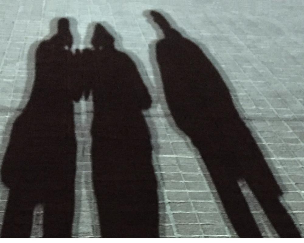 Schatten von drei Personen im Gespräch